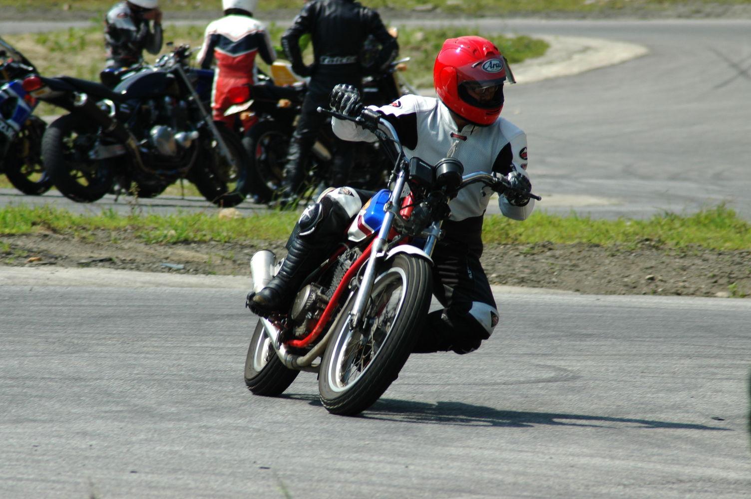 バイクでカッコいい膝すりを!必要なフォームと秘密のコツ | Smartlog