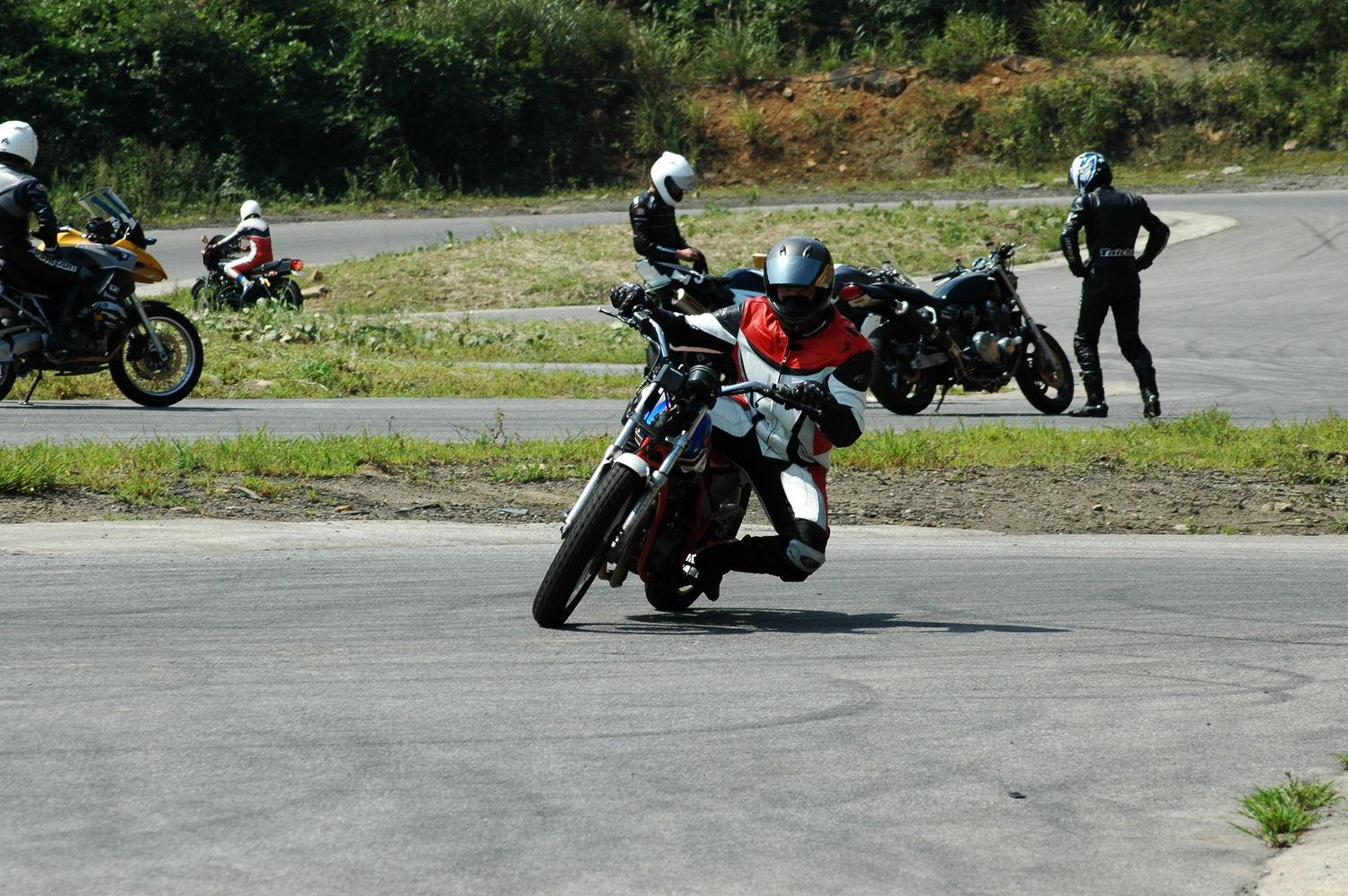 バイクの膝擦りが上達する練習方法
